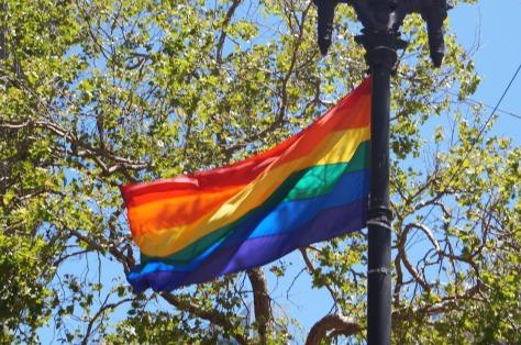 Prideflaggan är hissad i San Francisco