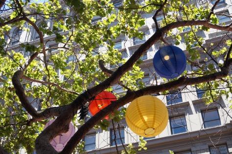 Lanternor i pridefärgerna