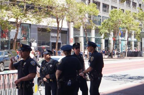 Poliser i väntan på Prideparaden i SFO